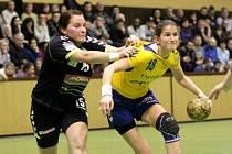 Olomoucké házenkářky (v tmavém) porazily Zlín 25:20. Lucie Severová, Šárka Marčíková.