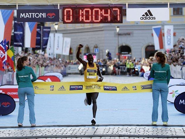 VOlomouci proběhl ve velkém horku další ročník půlmaratonu. Stanley Biwott