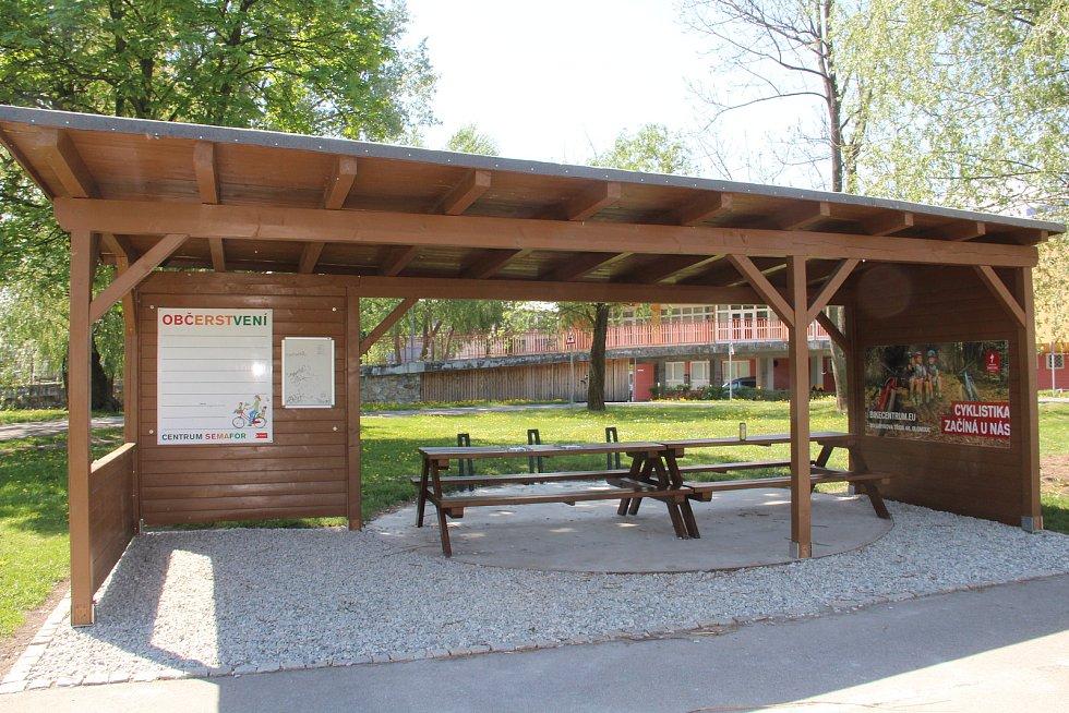 Centrum Semafor v Olomouci má opět otevřeno. Dřevěný přístřešek pro občerstvení je nově umístěný blíže k areálu plaveckého stadionu. 12. května 2021