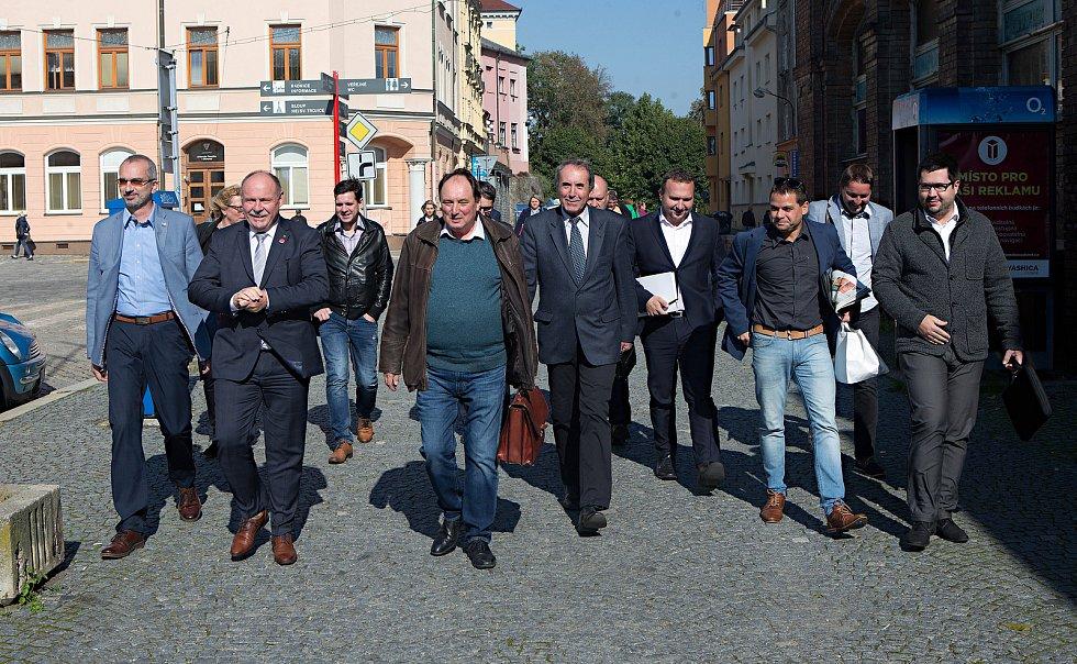 DENÍK BUS - lídry stran z Olomouckého kraje jsme vzali autobusem na debatu do Přerova. Cesta na místo odjezdu u olomoucké tržnice