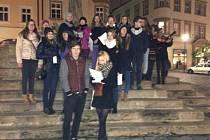 Studenti Gymnázia Hejčín zpívají na koledy na Dolním náměstí v Olomouci