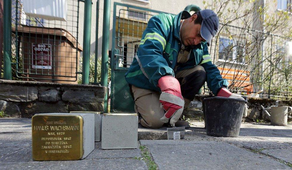Pokládání Kamenů zmizelých (Stolpersteine) v Olomouci
