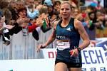 Petra Kamínková se blíží do cíle pátého olomouckého půlmaratonu