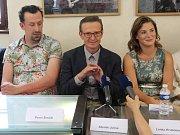 Herci Pavel Šimčík, Zdeněk Julina a Lenka Krobotová. Tiskovka k natáčení filmu Kvarteto v olomouckém Arcidiecézním muzeu