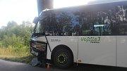 Autobus sjel u Hraničných Petrovic ze silnice a naboural do stromu.
