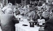 Důstojníci wehrmachtu hodují s olomouckými Němci v Německém domě