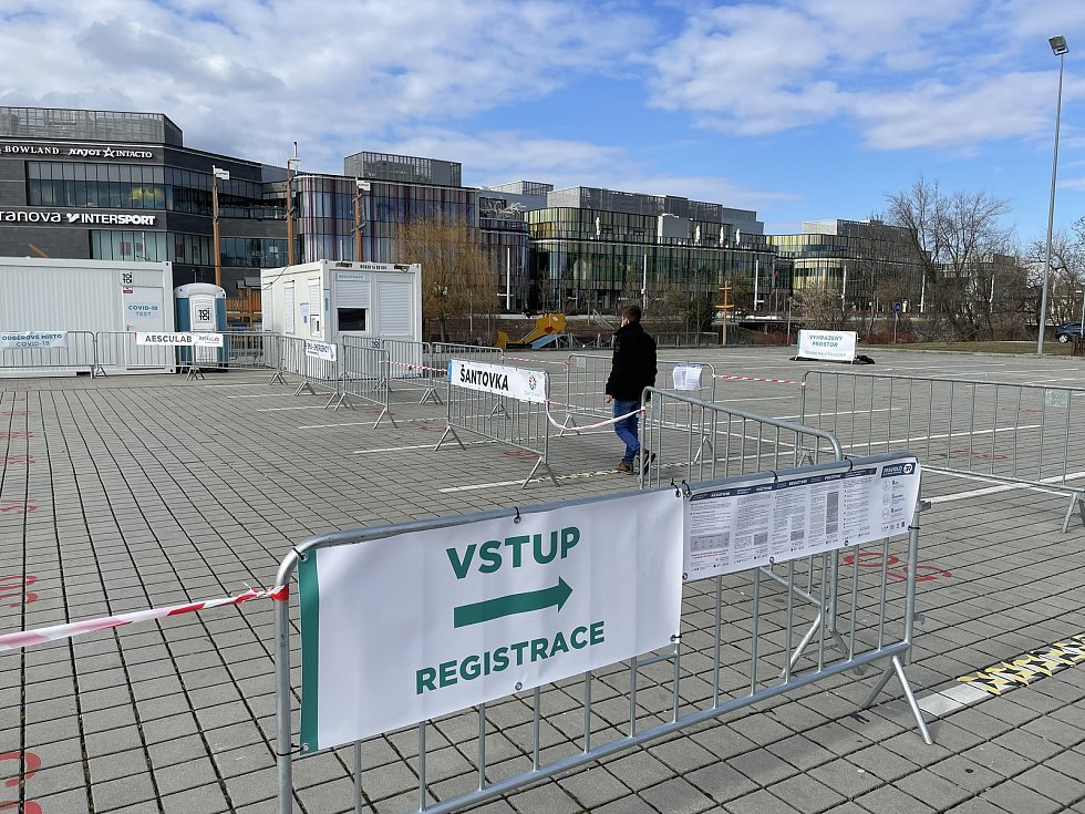 V Olomouci u Šantovky zahájilo provoz nové testovací místo na Covid-19. Vyšetření PCR metodou i AG testy zajistila Galerie Šantovka, 18. března 2021.