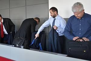 Obžalovaní Tomáš Pantlík (druhý zleva) a Ivan Kovářík (vpravo). Kauza nezdaněného lihu u krajského soudu v Olomouci, 22.3. 2019