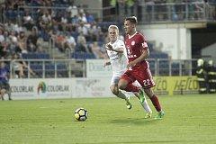 Olomoučtí fotbalisté (v červeném) remizovali se Slováckem 0:0Lukáš Kalvach (v červeném) a David Machalík
