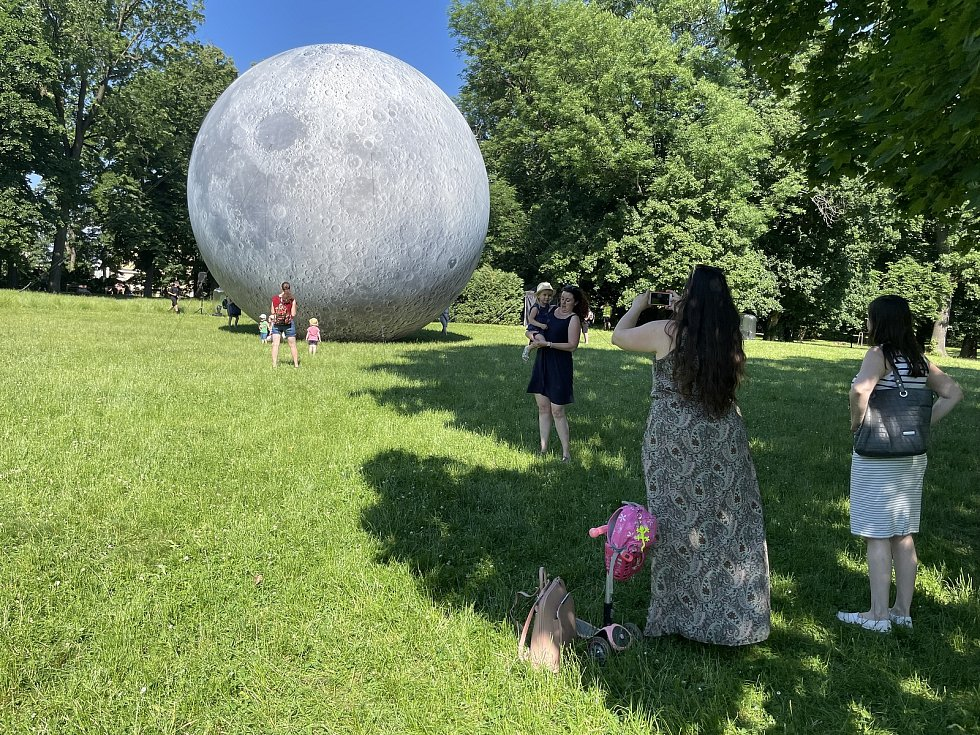 Obří nafukovací model Měsíce okukovali v pátek 18. června 2021 lidé ve Smetanových sadech v Olomouc. Lunalón se rozzáří i v sobotu v rámci Svátků města Olomouce,