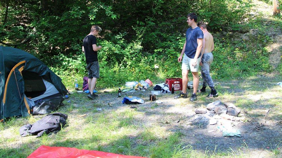 Zatopený lom ve Výklekách na Přerovsku láká návštěvníky ze širokého okolí kvůli své průzračně čisté vodě. Podmínky jsou zde i pro kempování. 18. června 2021