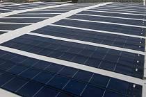 Střecha se solárními panely. Ilustrační foto