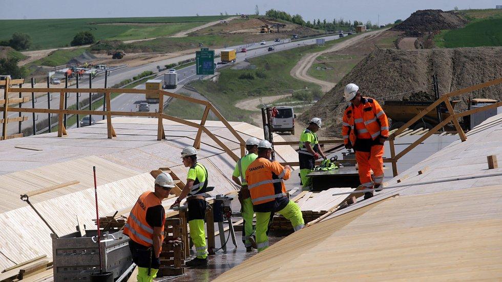 Stavba mostů na čtrnáctikilometrovém úseku dálnice D1 mezi Lipníkem a Přerovem