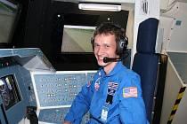 Učitel si zkusil simulovaný let v raketoplánu.