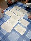 Sčítání hlasů ve volební místnosti ve Studenci na Prostějovsku