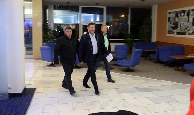 Delegace ČSSD slídrem Jiřím Zemánkem (uprostřed) přichází na jednání do volebního štábu ANO volomouckém hotelu Flora