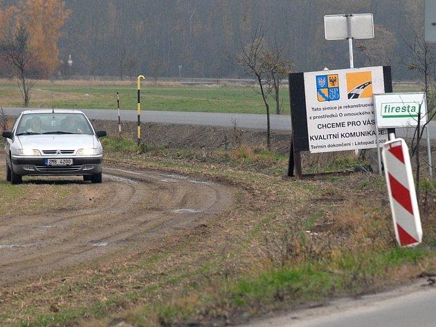 Řidiči zákaz objíždějí přes pole.