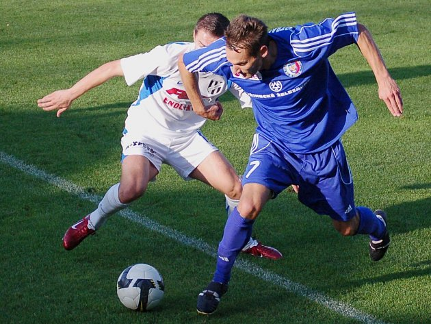 Pavel Esmann z Třince (č. 7) se snaží zastavit útočníka HFK Davida Korčiána.