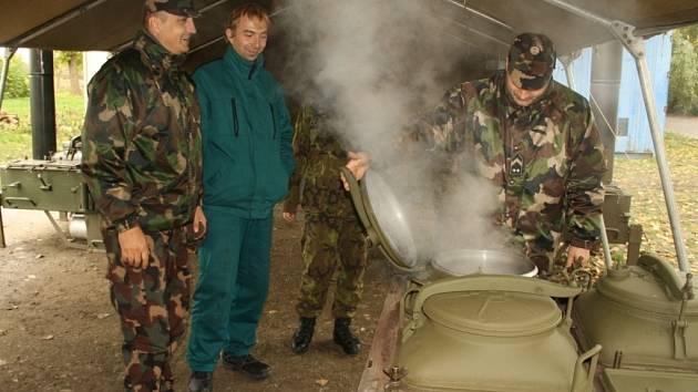 Ženisté z Olomouce již v Maďarsku plní úkoly. Přeškolují maďarské vojáky v používání polních kuchyní, které si Maďaři převezmou.