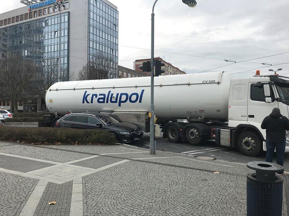 Srážka cisterny s osobním autem na kruhovém objezdu v Jeremenkově ulici