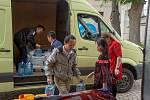 Pomohli zatopenému Šumvaldu. Během pár dní dali dohromady 50 tisíc korun, stovky litrů balené pitné vody a 42 litrů dezinfekce.
