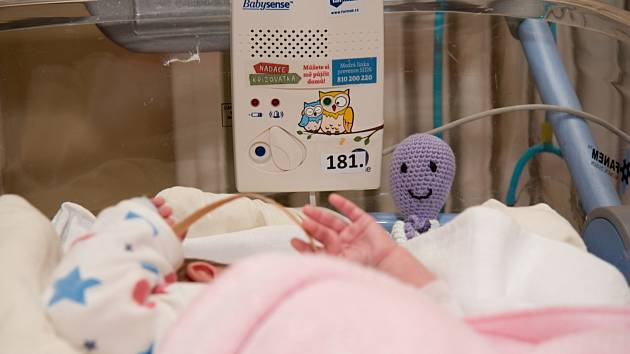 Zástupci Nadace Křižovatka předali 25 nových monitorů dechu na Novorozeneckém oddělení Fakultní nemocnice Olomouc.