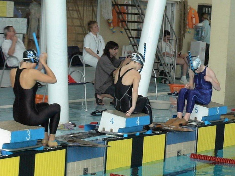 Zuzana Svozilová na dráze č. 4 a Markéta Svozilová na dráze č. 5 před startem na 200 m.