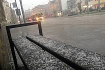 Po sněžení a dešti padaly ve středu k večeru v Olomouci kroupy