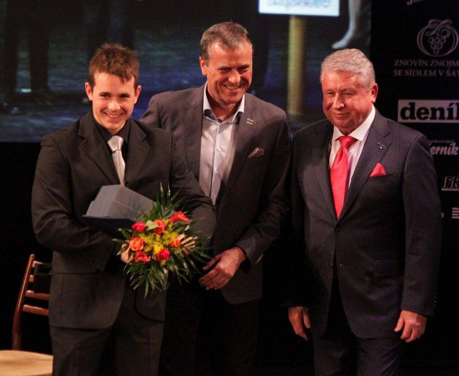Olomoucký kanoista Richard Hála (vlevo) skončil třetí za Kvitovou a Berdychem. Vyhlášení Sportovce Olomouckého kraje za rok 2014 v Městském divadle v Prostějově