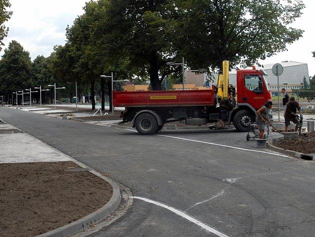 Stavbaři dokončují parkoviště.