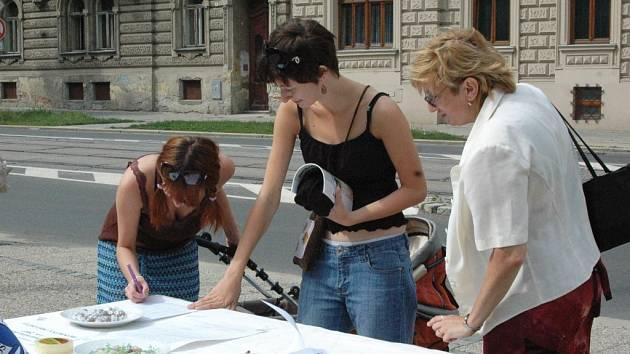 Kolemjdoucí podepisovali petici na Žižkově náměstí v Olomouci.
