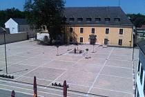 Zámecké náměstí a zámek ve Velké Bystřici
