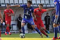 Sigma porazila ve druhém ze sobotních přípravných utkání Zbrojovku Brno 2:0. Mojmír Chytil v obležení brněnských hráčů.