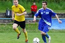Fotbalisté Šternberka (v modrém)
