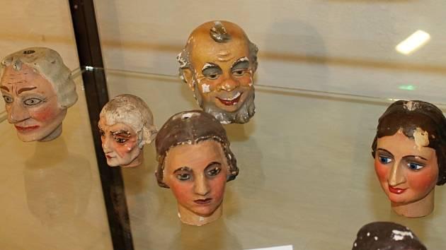 V bývalém augustiniánském klášteře ve Šternberku otevřeli stálou výstavu loutek. K vidění jsou i staré kulisy a loutky z neznámého divadla v Dalově. Hrálo se s nimi už ve třicátých letech.
