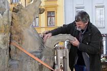 Restaurátor Ladislav Werkmann při opravě poškozené Neptunovy kašny v Olomouci