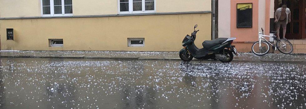 Nad Olomoucí se 1.7.2019 přehnala bouřka provázená krupobití. Kroupy dosahovaly velikosti holubího vejce a způsobili škody na autech a dalším majetku.