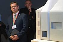 Ministr kultury Antonín Staněk u modelu SEFO od architekta Šépky
