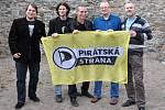 Vojtěch Pikal (druhý zleva) s šéfem Pirátu Ivanem Bartošem (uprostřed)