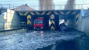 Zatopený podjezd v Olomouci v Pasteurově ulici v Olomouci, 20. ledna 2021