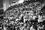 Shromáždění stávkujících studentů ve sportovní hale na Lazcích