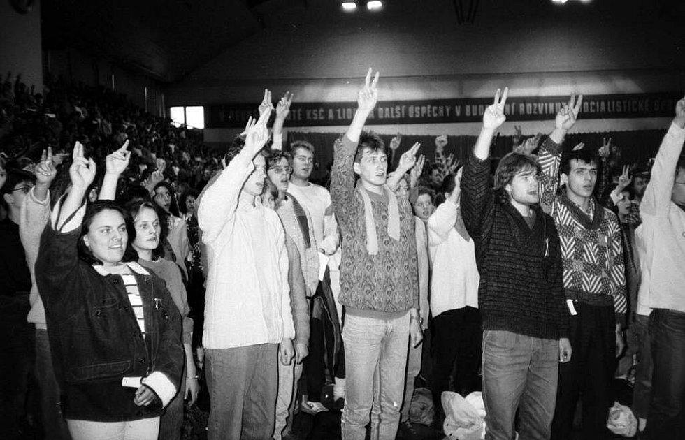 Sametová revoluce v Olomouci: shromáždění studentů ve sportovní hale UP na Lazcích