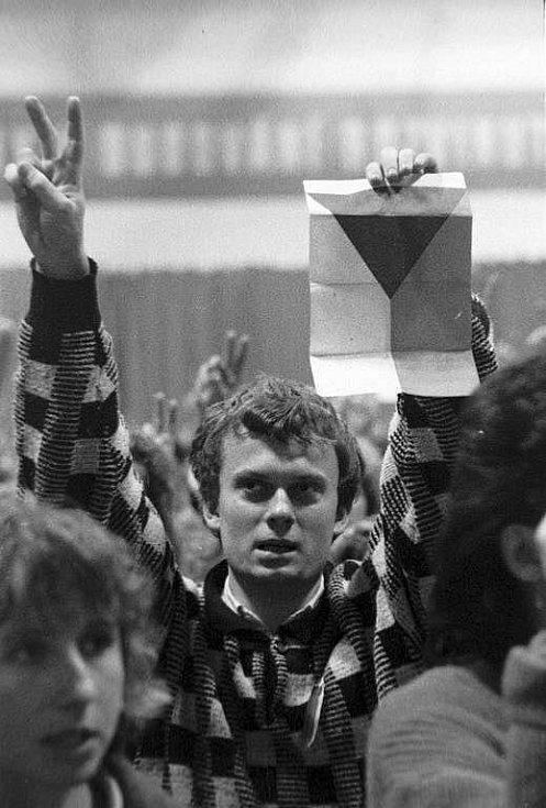 Sametová revoluce v Olomouci: shromáždění studentů ve sportovní hale na Lazcích