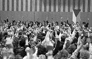 Shromáždění studentů ve sportovní hale na Lazcích