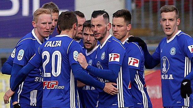 Václav Jemelka (vlevo) v chumlu spoluhráčů