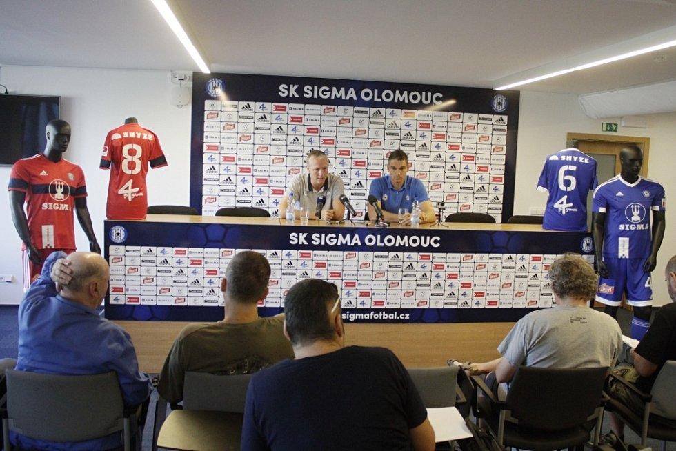 Klub SK Sigma Olomouc pořádal tiskovou konferenci před začátkem sezony. Václav Jílek, trenér Sigmy (vlevo), Miloš Buchta, kapitán (vpravo)
