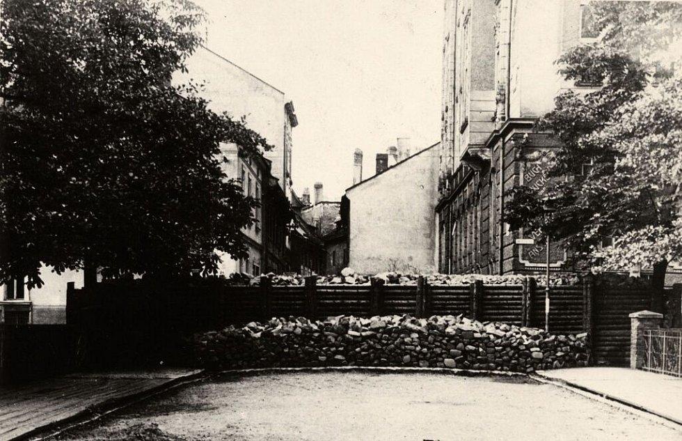 Barikáda u mostu do Barvířské ulice