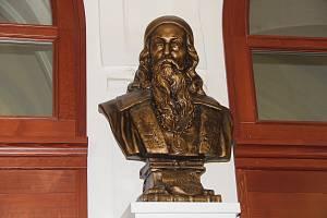 Busta Jana Ámose Komenského opět zdobí vstupní halu Základní školy Komenium.v Olomouci