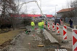 Stavba cyklostezky podél řeky Bystřice u Hodolanské ulice v Olomouci. 12. března 2021