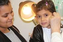 Čtyřletá Eliška má díky výtěžku z Kabelkového veletrhu nová naslouchadla